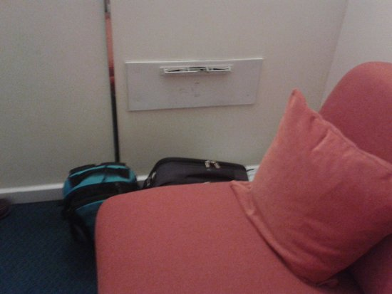 Holiday Inn Express Arras: Dirty Vent, wouldn't want to sleep on Sofa Bed