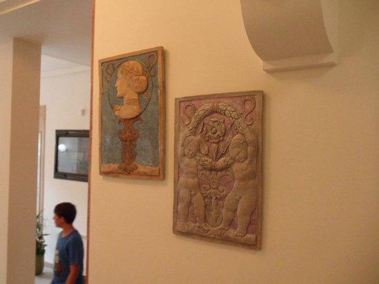 Hotel Athena: Hall - pannelli ceramica