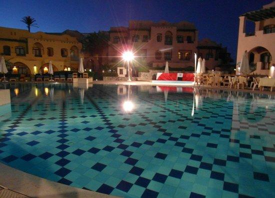 Three Corners Rihana Resort : Piscine principale en soirée