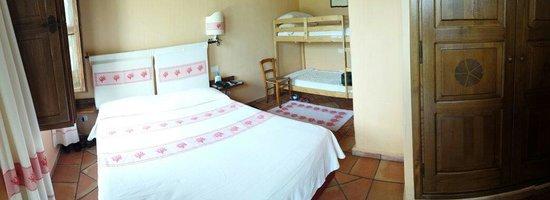 Santa Maria Resort: Stanza molto carina e pulita ma con poco spazio e con rumore elettrico proveniente dal quadro