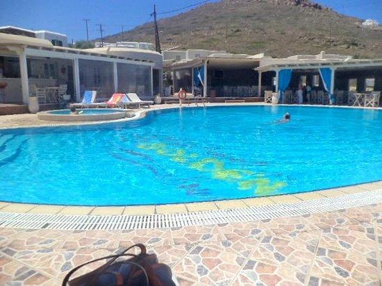 Golden Sun Hotel: πισινα