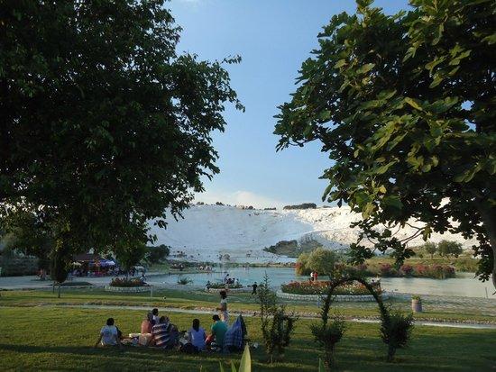 Pamukkale Thermal Pools : Da pra ter uma visão de baixo do parque