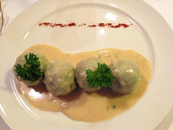 Cavallino Bianco: Canederli di spinaci su fonduta di formaggio