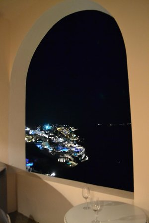 Andronis Luxury Suites: ночью Оия красиво горит...