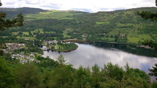 Kenmore Hotel: View of the Hotel and loch from Drummond Hill