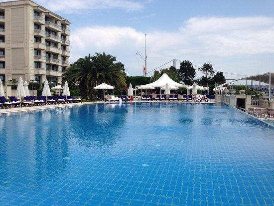 Ciragan Palace Kempinski Istanbul: Beautiful pool