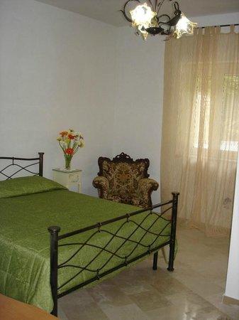 Ampia camera matrimoniale ammobiliata con poltrona, scrivania ...