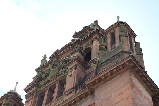 Kelvingrove Art Gallery and Museum : The grand design above one of the main entrances to the building