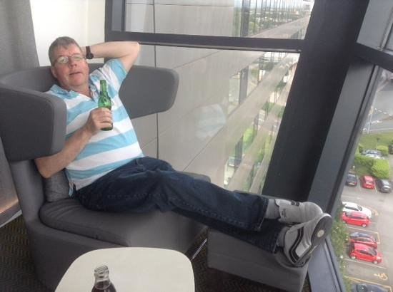 Radisson Blu Hotel, Manchester Airport: chilling with a beer watching the world fly by