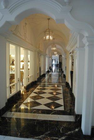 InterContinental Porto Palacio das Cardosas: Shops and access to dining area