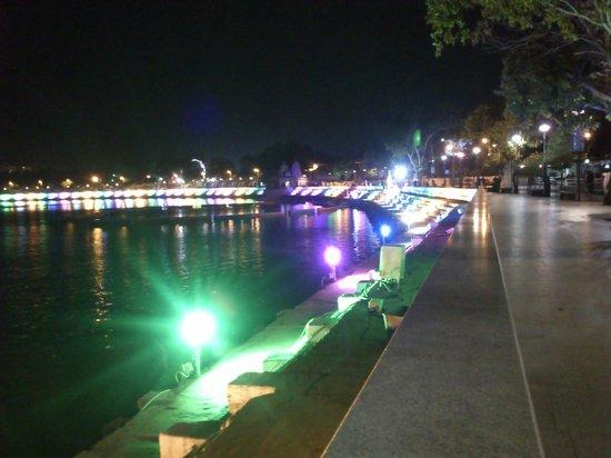 Kankaria Lake: Amazing view of the lake & lightings