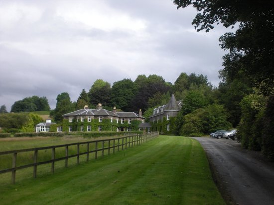Kinloch House: driveway to hotel