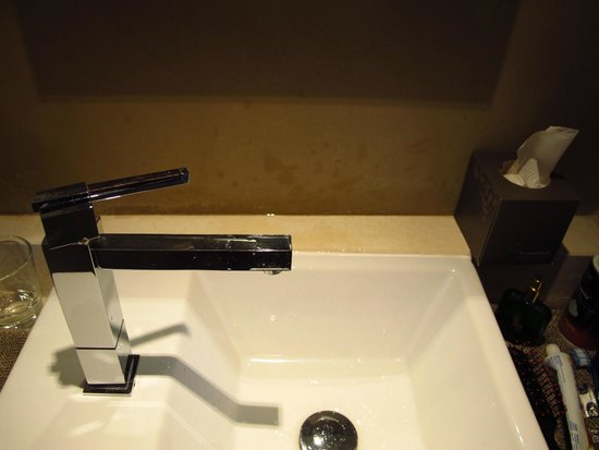 Coquillade Village: small sink splashes all over wall