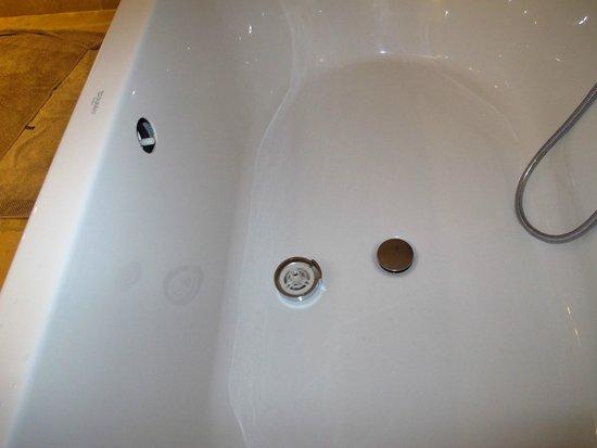 Coquillade Village: broken tub drain