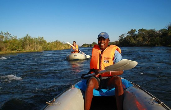 Royal Chundu Luxury Zambezi Lodges: Canoeing to breakfast on the Zambezi at Royal Chundu
