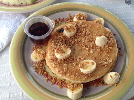 Maracuya Hostel : Delicious pancakes, oatmeal, and bananas for complementary breakfast