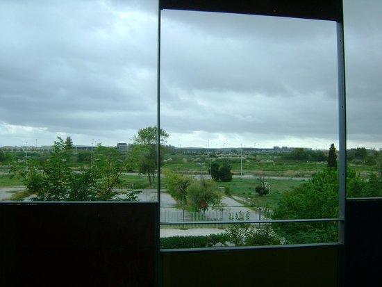 Centre Esplai Hostel: Vista do hotel para o Aeroporto