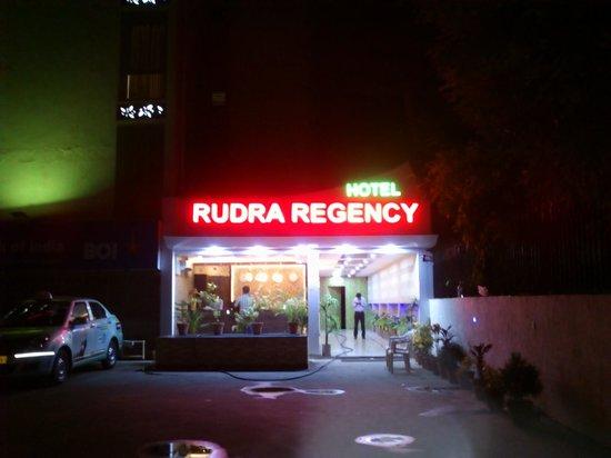 Rudra Regency & Vista Rooms: Hotel front at Night