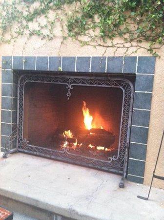 Hilton Garden Inn Carlsbad Beach: The outdoor fireplace where you can have dinner
