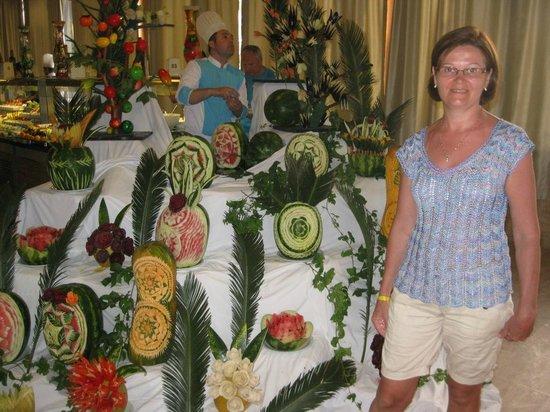 Meryan Hotel: Повара делают красивые фигурки из овощей.
