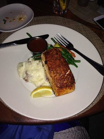 Hemingway's Restaurant : Salmon on mashed garlic potatoes