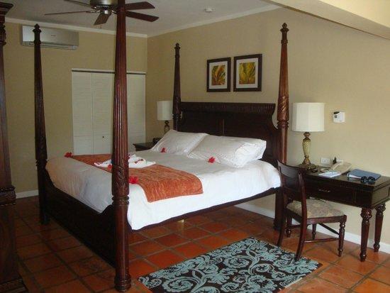 Sandals Ochi Beach Resort : Bed, Desk & Good Size closet