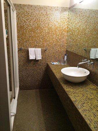 Cayman Suites: Standard room bathroom!