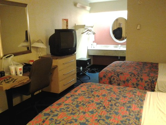 Red Roof Inn Tampa Brandon: Outdated TV, Furniture & Linens