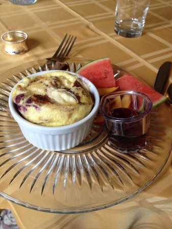 The Gingerbread Mansion Inn: Breakfast: raspberry stuffed French toast with cream cheese