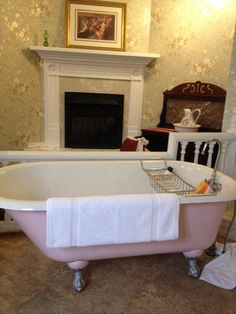 The Gingerbread Mansion Inn: Bathroom tub, Rose suite