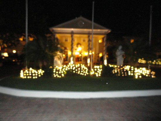 Sandals Royal Caribbean Resort and Private Island: Front of hotel during the holidays!