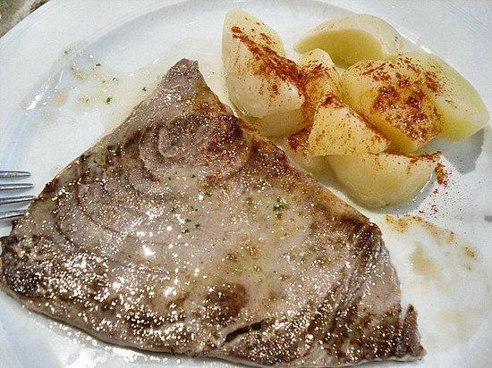 Restaurante Cambados: Grilled tuna main course