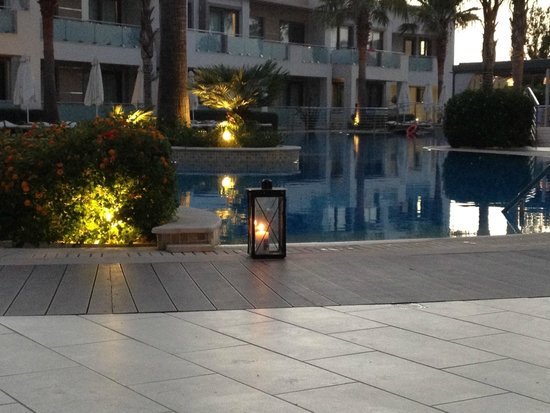 The Lesante Luxury Hotel & Spa: Pool by evening