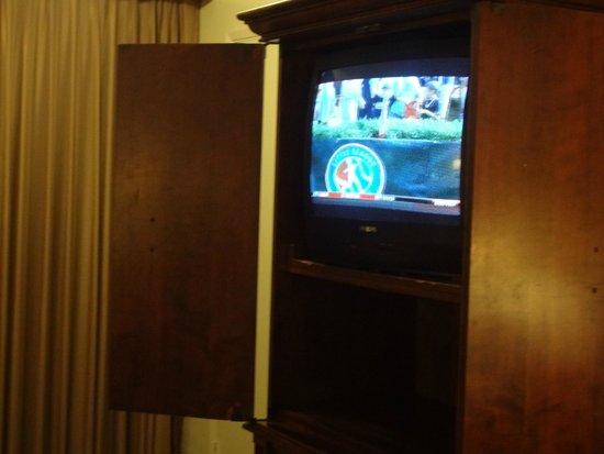 Breakers Motel: Mueble de TV y TV super antiguas.