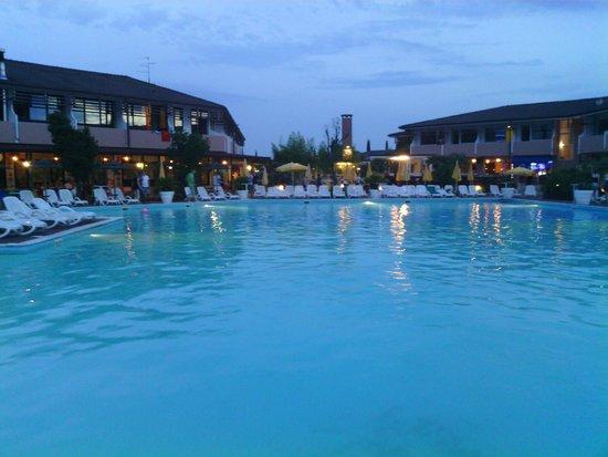 Hotel Centro Turistico Gardesano: piscina e parte della struttura