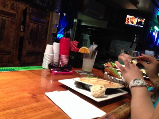 Pickled Herring Pub: Cream of crab soup and wings