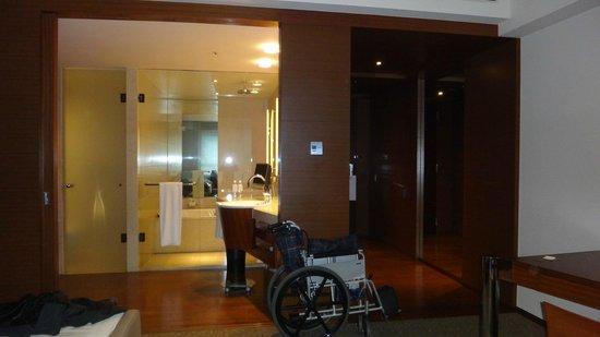 Grand Hyatt Tokyo: The bathroom was very roomy