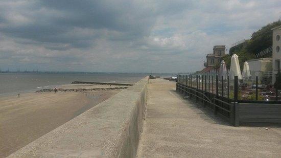 Une Grenouuille a la Plage: La vue sur Mer avec la terrasse d'une Grenouille à la plage.