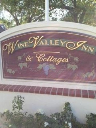 Wine Valley Inn & Cottages: Sign Out Front