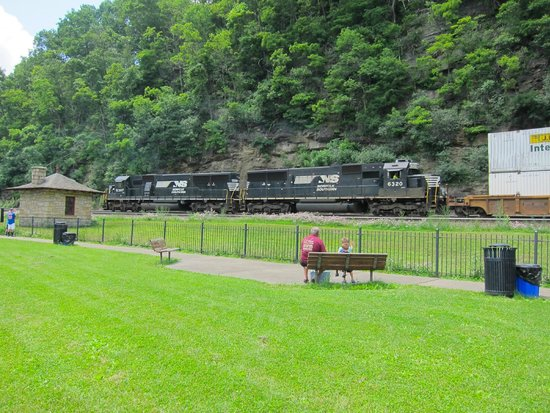 Horseshoe Curve National Historic Landmark : passing train