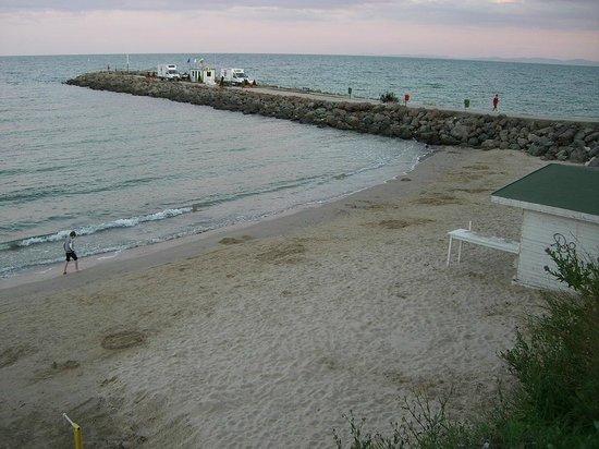 Bijou Hotel & Restaurant: Strand rechts vom Hotel