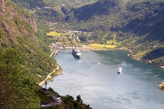 Geiranger Camping: blick von oben auf den Geirangerfjord