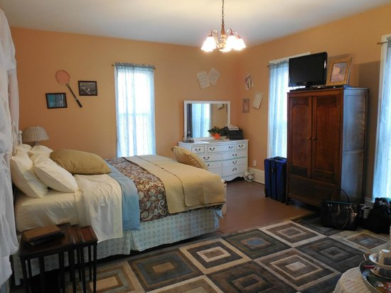 Amanda's Bequest - A Heritage Immersion Bed & Breakfast: spacious bedroom, comfortable not fro-foo