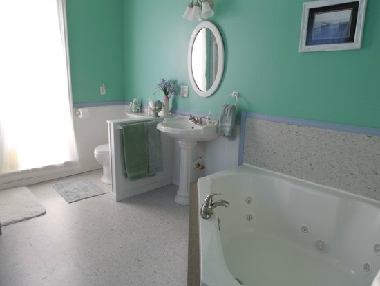 Amanda's Bequest - A Heritage Immersion Bed & Breakfast: huge, modern, clean bathroom