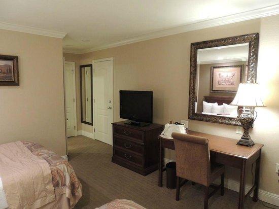 Country Inn & Suites By Carlson, Metairie (New Orleans): zu kleines Zimmer ohne Kühlschrank und Mikrowelle und Durchgangstüre zum Nachbarzimmer
