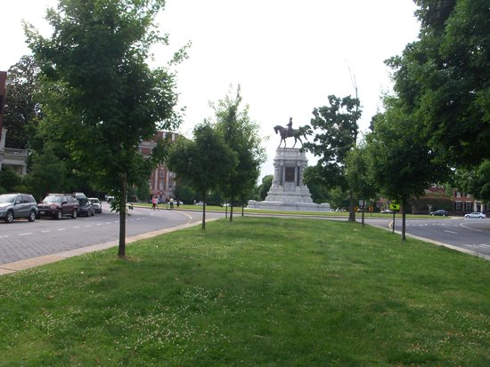 Monument Avenue: Lee statue from median