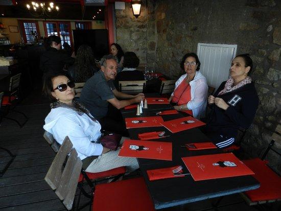 La Rôtisserie : Familia feliz,após visita ao Mont Saint Michel