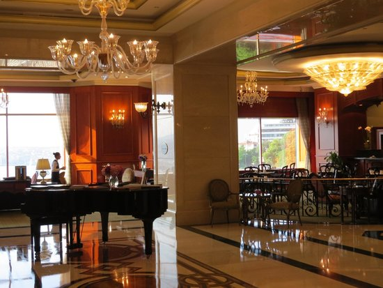 The Ritz-Carlton, Istanbul: Beautiful lobby and adjacent restaurant