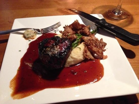 Eolus Bar & Dining : filet in red wine reduction