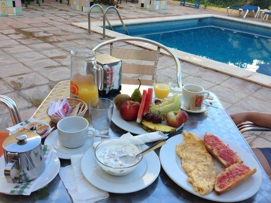 Hostal Valencia : Desayuno en la piscina